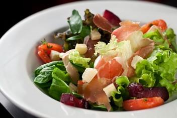 Salada com presunto de parma e folhas